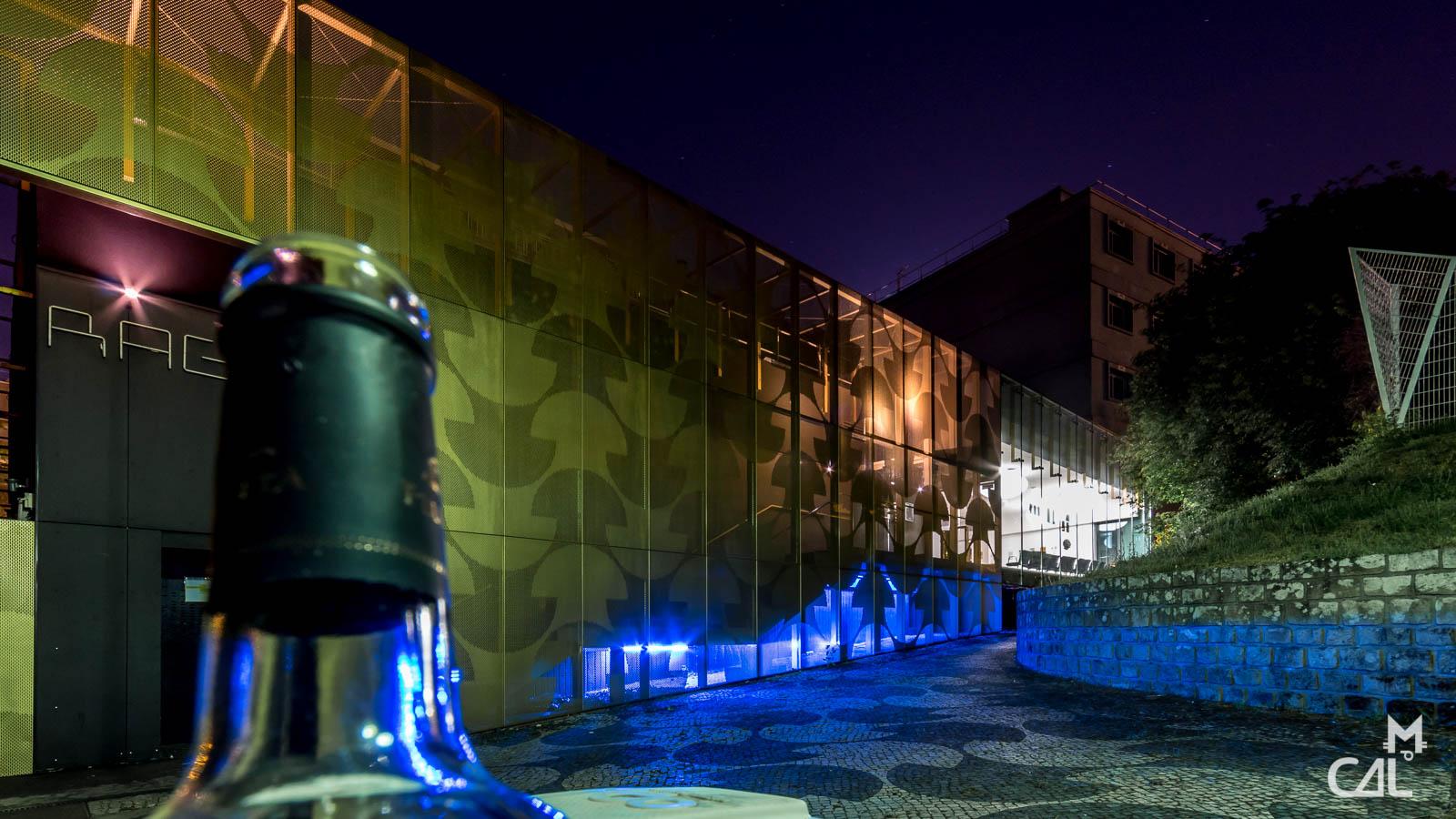 cit universitaire maison du portugal andr de gouveia avec plein de bouteilles vides devant. Black Bedroom Furniture Sets. Home Design Ideas