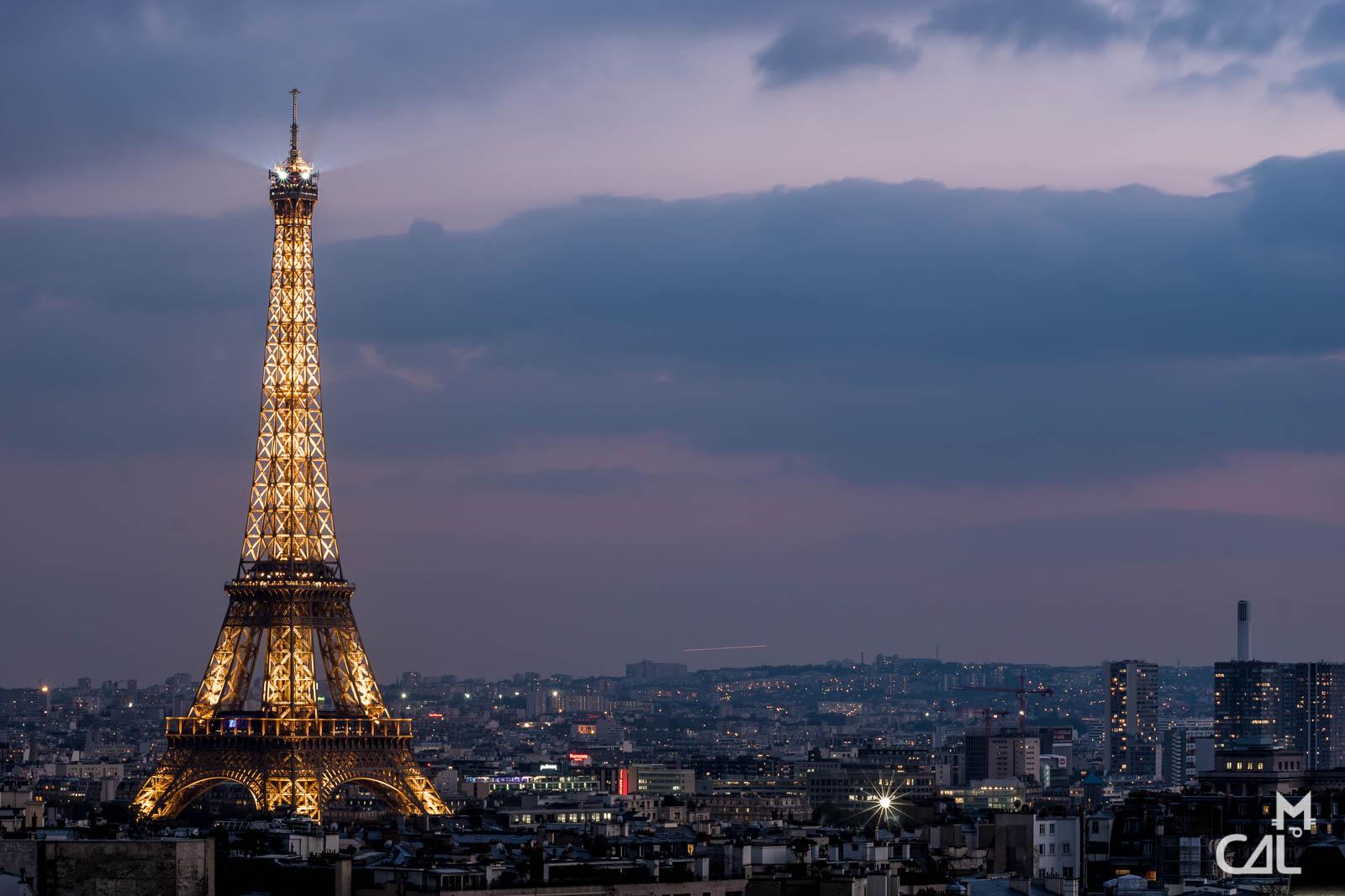 Arc De Triomphe Vue Sur La Tour Eiffel A La Tombee De La Nuit